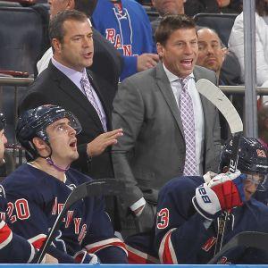 Päävalmentaja Alain Vigneault ja apuluotsi Ulf Samuelsson New York Rangersin aitiossa. Kuva vuodelta 2014