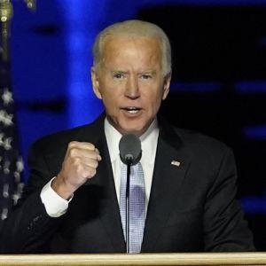 Yhdysvaltain presidentiksi valittu Joe Biden puhuu voitonjuhlassaan