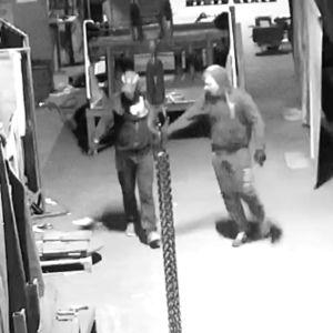 Valvontakamerakuvaa, jossa kaksi  varkaudesta epäiltyä miestä.