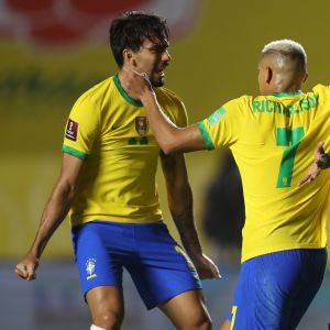 Brasilian pelaajat juhlivat Roberto Firminon (oikealla) maalia.
