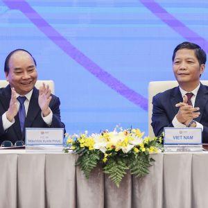 Vietnamin pääministeri  Nguyen Xuan Phuc (vas.) ja kauppa- ja teollisuusministeri Tran Tuan Anh virtuaalisessa allekirjoitustilaisuudessa.