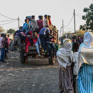 Tigrayn alueelta paenneita etiopialaisia rajakylässä Sudanin puolella perjantaina.