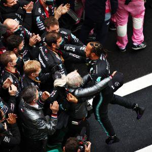 Lewis Hamilton ryntäsi halaamaan Mercedeksen väkeä, kun seitsemäs maailmanmestaruus ratkesi 2020 Istanbulissa.