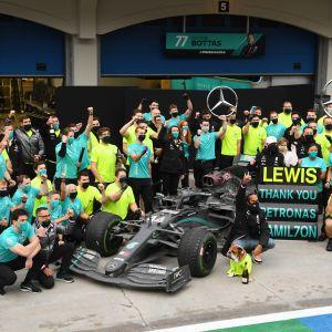 Lewis Hamilton ja Mercedeksen varikkotiimi mestaruuskuvassa 2020.