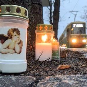 Kynttilöitä raitiovaunuonnettomuuden tapahtumapaikalla.