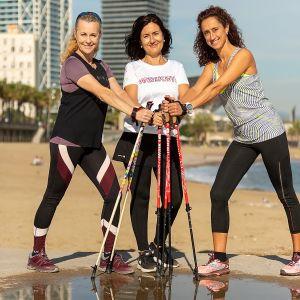 kolme naista poseeraa sauvojen kanssa