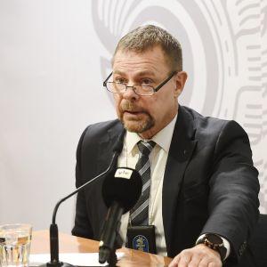 KRP:n päällikkö Robin Lardot Keskusrikospoliisin tiedotustilaisuudessa KRP-talossa Vantaalla sunnuntaina 25. lokakuuta 2020