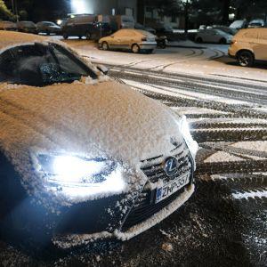 Auto lumessa aikaisin aamulla Espoossa 20. marraskuuta.
