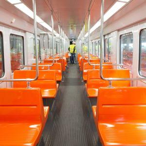 Peruskorjatun M100-sarjan metrojunan sisätilat näyttävät nyt tällaiselta.
