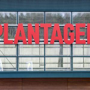 Plantagenin punainen kyltti.