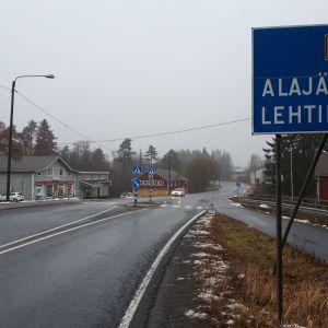 Opasteet Lehtimäelle ja Alajärvelle.