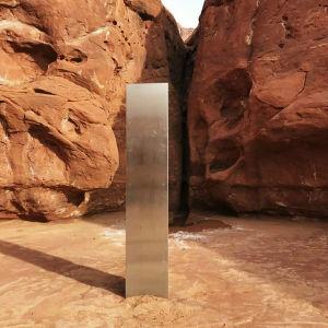 Mystinen metallinen monoliitti Utahissa.