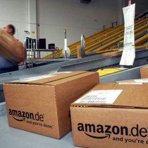 Amazonin paketteja lajitellaan Saksassa, Bad Hersfeldin logistiikkakeskuksessa.