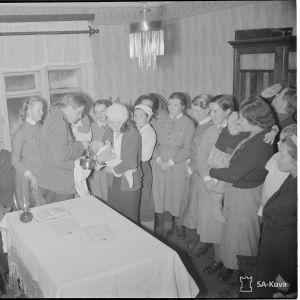 Pastori Taito Lumme kastamassa itäkarjalaisia lapsia Äänislinnassa joulukuussa 1941