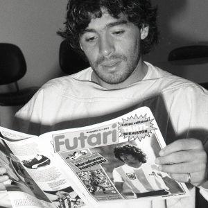 Diego Maradona lukee Futari-lehteä.