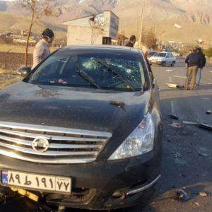 Kuvassa vaurioitunut henkilöauto. Tiellä on lasinpalasia. Taustalla näkyy ihmisiä, muun muassa ainakin yksi poliisi.