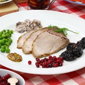 Joulukinkkua,sienisalaattia, rosollia ja muita jouluisia lisukkeita lautasella.