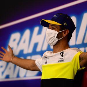 Daniel Ricciardo levittelee käsiään lehdistön edessä.