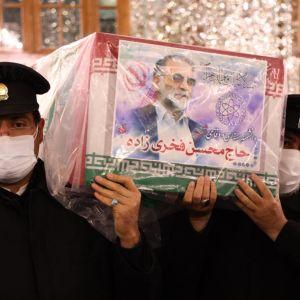 Sotilaat kantavat surmatun ydintutkijan arkkua.