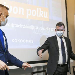 Kansanedustaja Timo Heinonen, puheenjohtaja Petteri Orpo ja varapuheenjohtaja Sari Sarkomaa kokoomuksen vaihtoehtobudjetin tiedotustilaisuudessa.