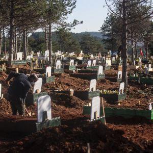 Istanbulilaisella hautausmaalla kaivettuja hautoja.