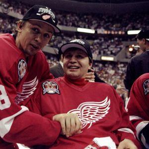 Igor Larionov saavutti urallaan kaiken, mutta oppi myös, ettei mitään voi pitää itsestäänselvyytenä. Kuvassa Larionov (vas.) juhlimassa Detroitin Stanley Cupin voittoa kesäkuussa 1998 joukkuekaverinsa Vladimir Konstantinovin kanssa. Konstantinov sai aivovamman auto-onnettomuudessa vuotta aiemmin ja joutui pyörätuoliin.