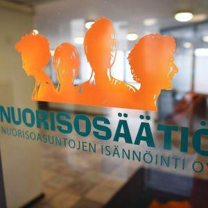 Nuorisosäätiön logo ovessa Helsingissä.