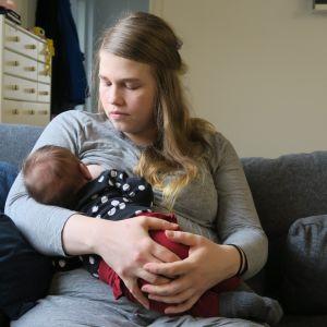 """Isa Isotalo valmistautui huolella esikoisena synnyttämiseen. """"Möykky"""" on nyt kuukauden ikäinen ja ruoka maistuu."""