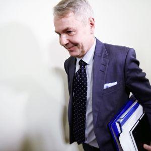 Pekka Haavisto menossa eduskunnan perustuslakivaliokunnan kuultavaksi.
