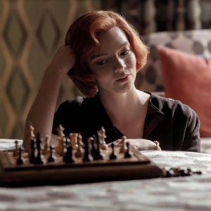 THE QUEEN'S GAMBIT tv-sarja ja päähenkilö, näyttelijä Anya Taylor-Joy.
