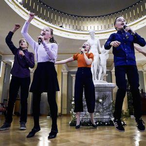 Biolapset esiintymässä Presidentinlinnan Atriumissa itsenäisyyspäivän juhlassa.