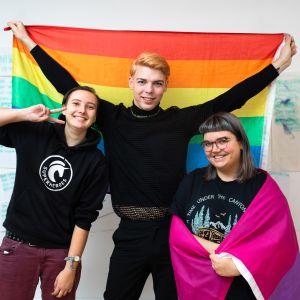 Nuoret LGBT-aktivistit Kristin Siil (vas.), Artjom Trohhatšev ja Eva Marta Sokk vastustavat Viroon suunnitteilla olevaa avioliittouudistusta.