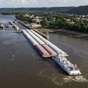 Proomu lähestymässä Mississippijoen patorakennelmaa Guttenbergissä, Iowassa