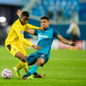 Dormundin Youssoufa Moukoko (keltainen paita) pelasi 16 vuoden ja 18 päivän iässä. UCL-ottelussa