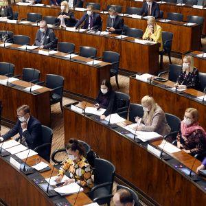 Yleiskuva istuntosalista eduskunnan täysistunnossa Helsingissä.