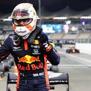 Max Verstappen tuulettaa uransa kolmatta paalupaikkaa Abu Dhabissa.