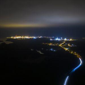 Ilmakuva Olkuluodon ydinvoimalaitosalueesta.