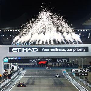 Max Verstappen ajaa voittoon Abu Dhabin osakilpailussa ilotulitusten saattelemana.