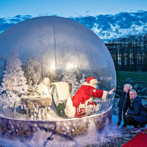 Lapset tervehtivät kuplassa elävää joulupukkia Tanskan Aalborgin eläintarhassa 13. marraskuuta 2020.