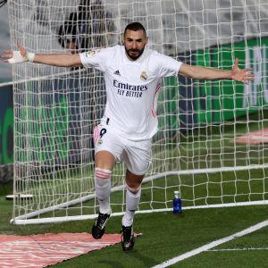Karim Benzema juhlii maalia.