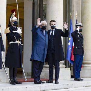 Emmanuel Macron ja  Antonio Costa vilkuttavat Élysée-palatsin portailla.