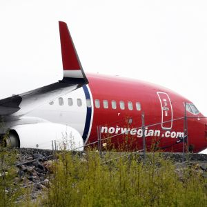 Norwegianin lentokone pysäköitynä Helsinki-Vantaan lentokentän laidalle.