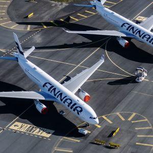 Helsinki-Vantaan lentokentällä odottavat Finnairin lentokoneet.