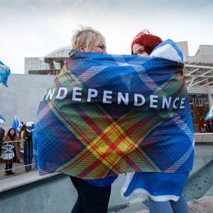 """kaksi naista ja juliste, jossa lukee englanniksi """"itsenäisyys"""""""