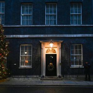 Downing Street 10 Lontoossa aamuvarhaisella.