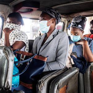 Matkustajia pikkubussissa Sowetossa Johannesburgissa.