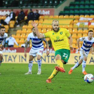 Teemu Pukki niittaa Norwichin johtomaalin.