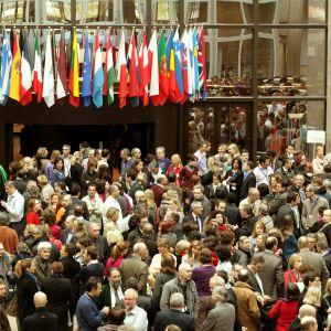 Eurooppa-neuvoston työntekijät marssivat ulos toimistoistaan.