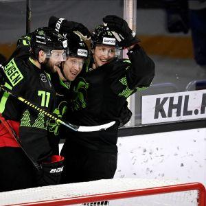 Jokereiden Niklas Jensen (vas), Alex Grant ja Veli-Matti Savinainen juhlivat maalia.