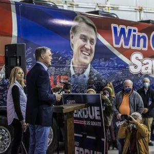 Republikaani senaattori David Perdue vaimonsa kanssa kampanjatilaisuudessa.
